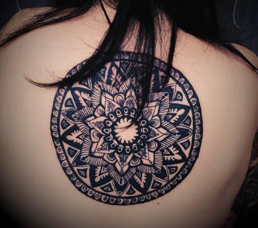 Mulher Com Tatuagem de Mandala Grande