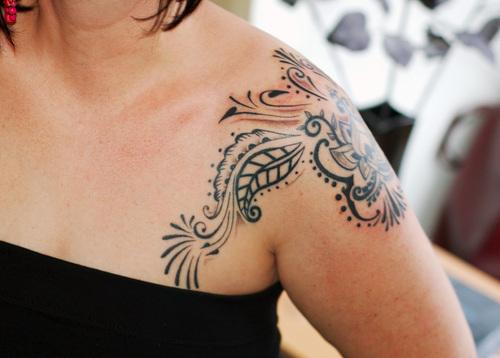 Tatuagem-Feminina-nos-Ombros-desenho