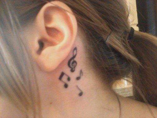 Tatuagem-clave-e-notas-musicais-atras-da-orelha