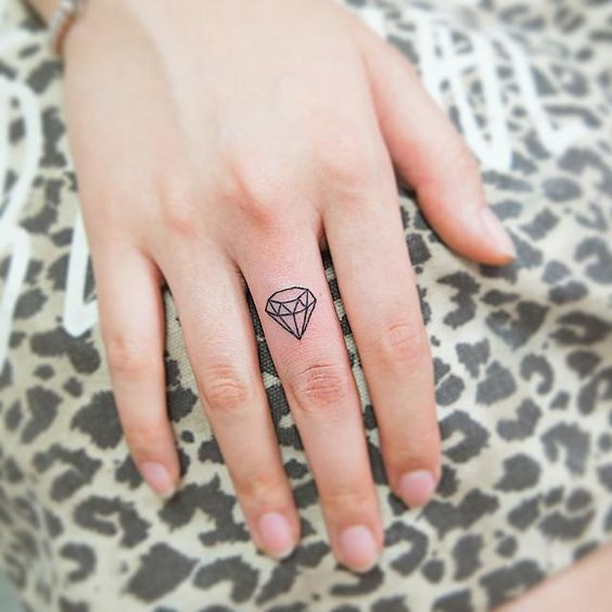 tatuagem diamante delicada
