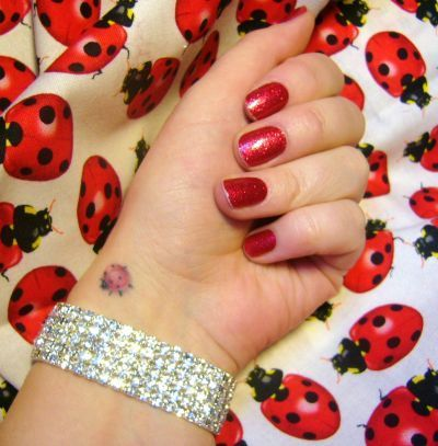 tatuagem joaninha delicada pe