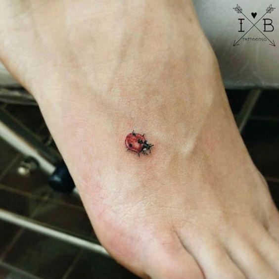 tatuagem joaninha delicada