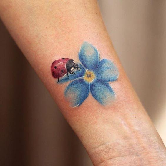 tatuagem joaninha flor