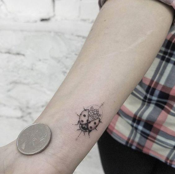 tatuagem joaninha preta