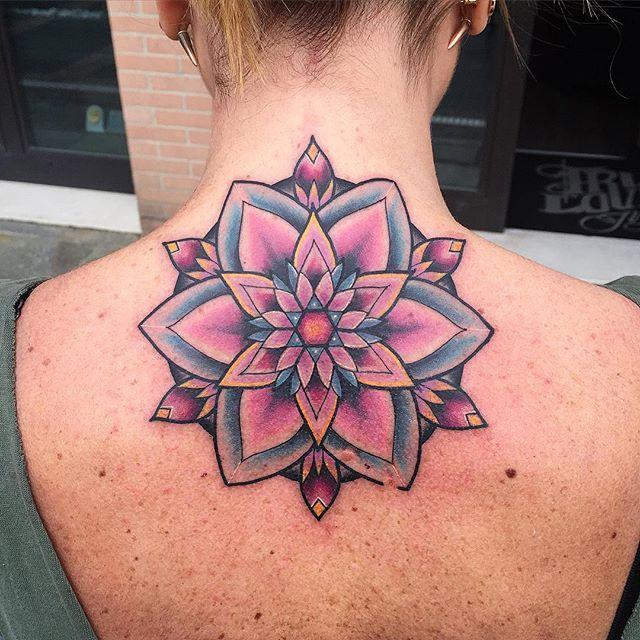 tatuagem mandala colorida costas