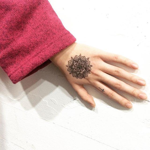 tatuagem mandala flor mao