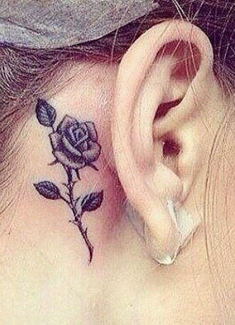 tatuagem rosa orelha