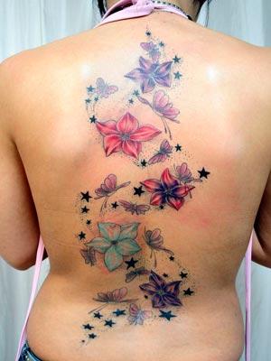 tatuagens-femininas-nas-costas-flores-coloridas-vermelhas-verdes